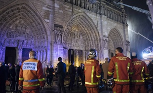 310x190_pompiers-devant-facade-dame-nuit-15-16-avril-2019-alors-incendie-ravage-cathedrale-sous-maitrise.jpg